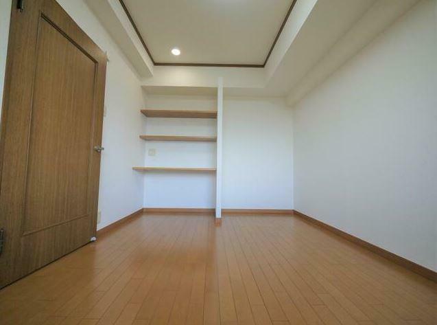 洋室 廊下側の洋室はデスク付きとなっており、作業スペースとしても使えます。