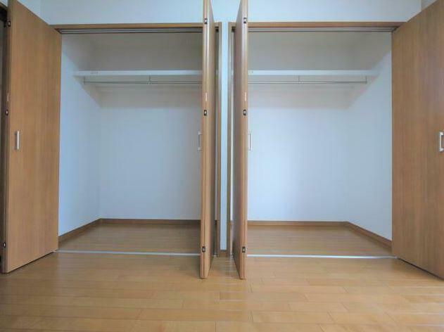 収納 リビング横の洋室にはたくさん収納ができるクローゼットがついております。