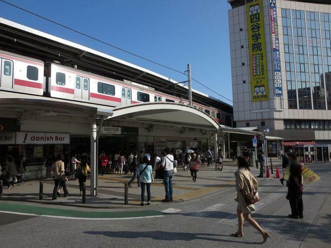 自由が丘駅(東急 東横線)徒歩15分。