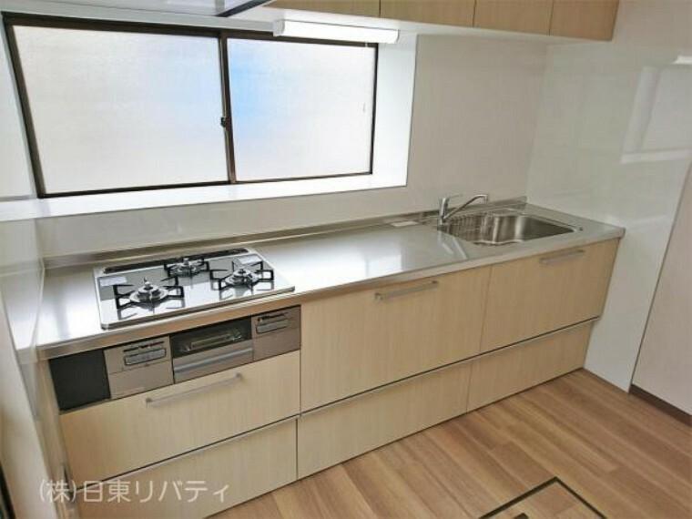 キッチン キッチン背面に窓があり、お料理中でも手元が暗くなりません。
