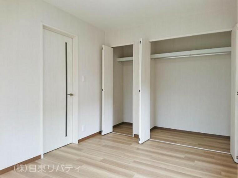 寝室 各居室に収納完備の暮らしやすい間取りです。