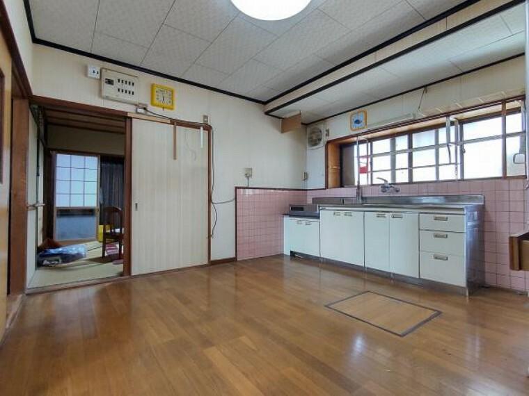 居間・リビング 【リフォーム前】現在のリビングの写真です。キッチンは新しく新品交換し、間取りを変更して15帖以上のLDKにする予定です。