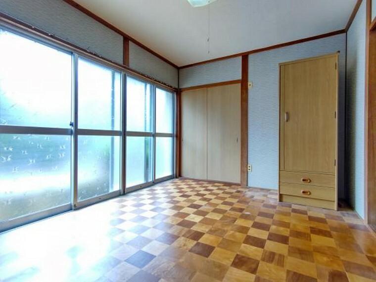 【リフォーム前】1階6畳洋室の写真です。天井壁クロスを張り替え、床もフローリングを張り替える予定です。お子様のお部屋としても使っていただけます。