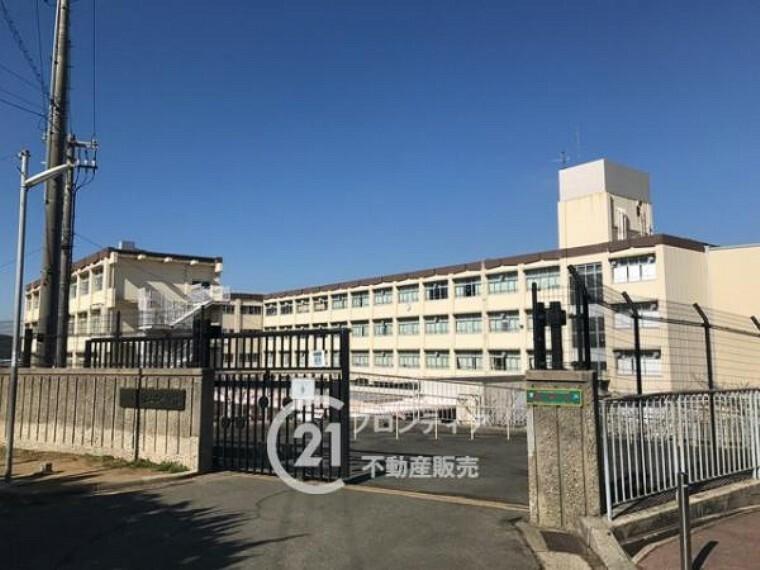 中学校 \桃山台中学校/徒歩約9分。神戸市でも珍しい、カバンが自由な学校!グランドも広々!嬉しいバス停目の前で立地良好!テスト前の補修や少人数授業など、学習環境もしっかりしています!