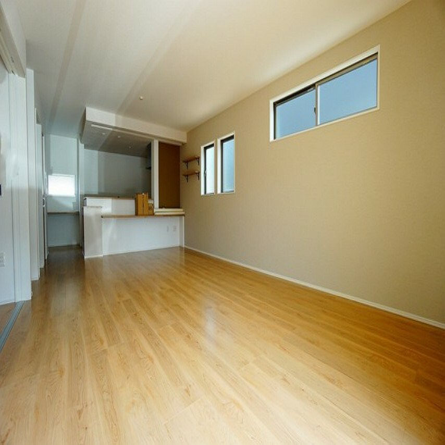 居間・リビング 窓ガラスは日射熱や紫外線を大幅にカットできる遮熱Low-e複層ガラスを採用し良質な室内環境と冷暖房負担の軽減を実現。