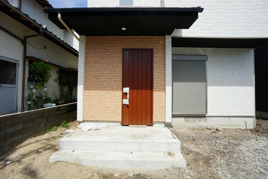 玄関 ブラウントーンの玄関扉^^外壁とマッチングしていてかっこいいですね^^家の顔となる玄関扉がかっこいいと、たくさんの人を招き入れたくなりますね^^