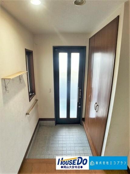 玄関 玄関横にシューズボックスが付いているので、片付いた玄関がキープ出来ます