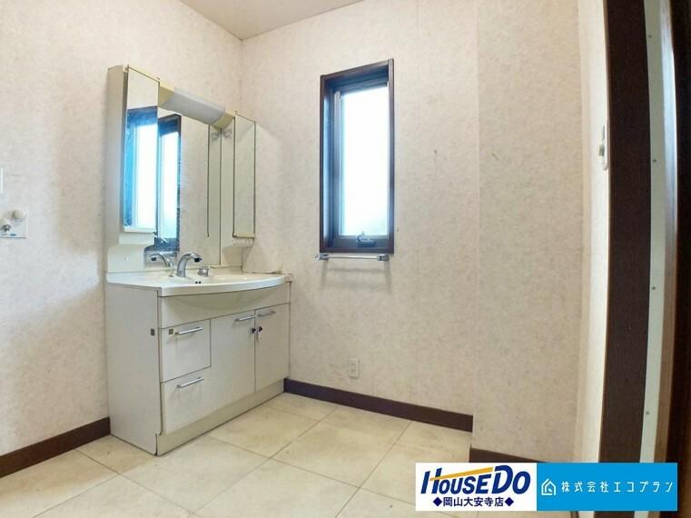 洗面化粧台 脱衣スペースを含む空間はゆとりの広さを設け、また洗面化粧台にも収納スペースを設ける事により、散らかりやすい洗面スペースをスッキリ保てます
