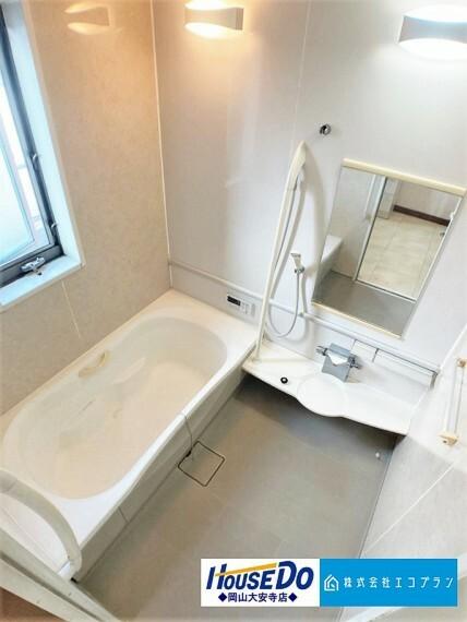 浴室 ユニットバスはゆったりとくつろげるサイズ。足までしっかりと伸ばせる浴槽は、心身ともにしっかりと疲れを癒してくれます