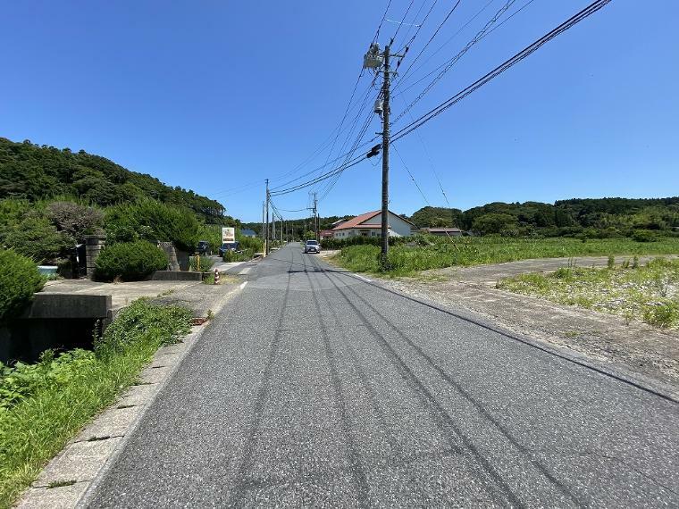 現況写真 北側接道道路と周囲の環境