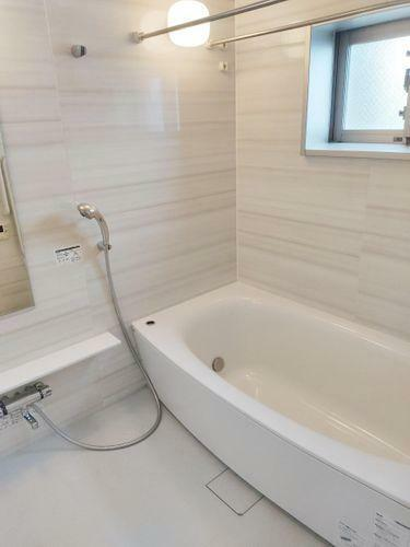 浴室 ユニットバス。浴室に窓があります。