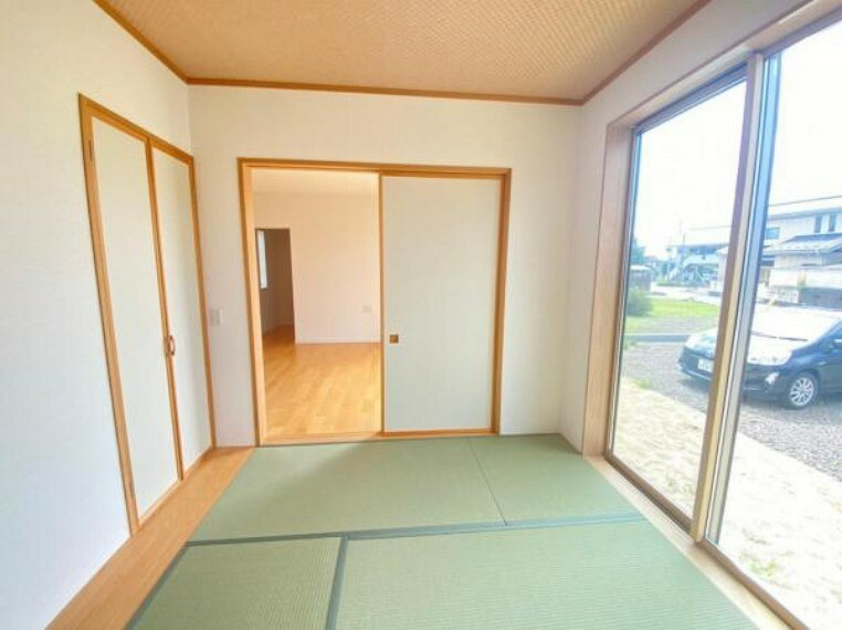 和室 【和室】リビングから続く和室はいろいろな用途で利用できる便利なお部屋です。いぐさのとってもいい香り~!