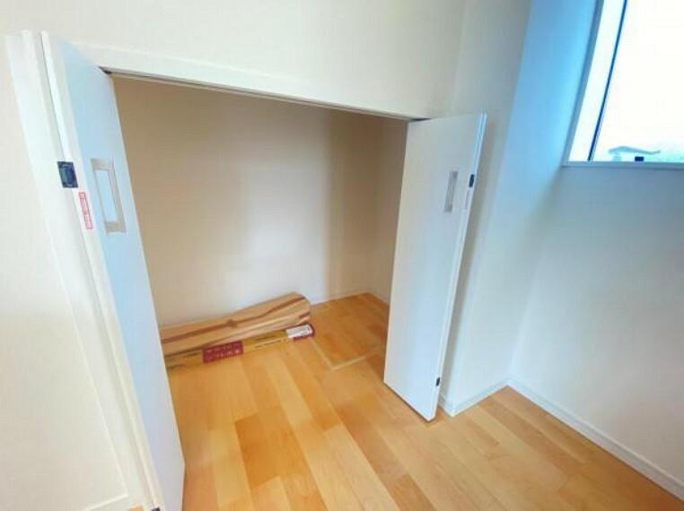 収納 【収納】キッチン脇には床下収納付きの便利な収納がございます!食品庫としてもお使いいただけます。