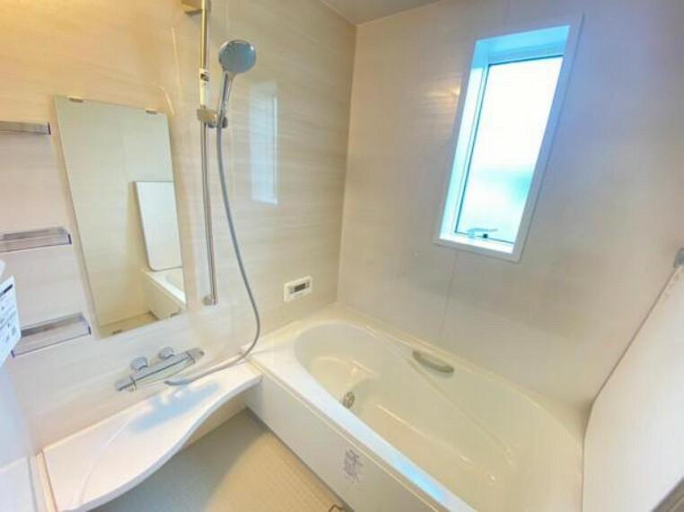 浴室 【浴室】お子さまと一緒に入浴できる広々としたゆとりある浴槽。シャンプーボトルを置ける奥行を確保した水のたまりにくいシンプルなカウンターもございます!