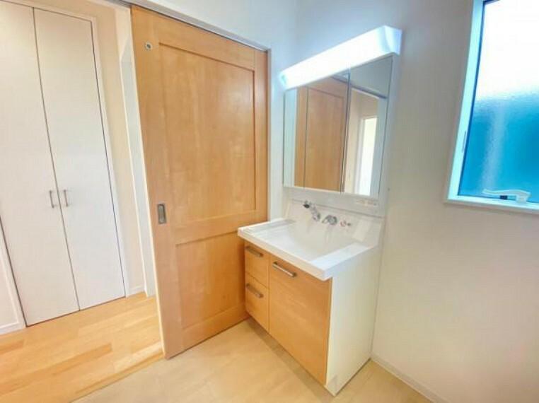 洗面化粧台 【洗面台】鏡の内側が収納スペースになっているので散らかりがちな洗面台回りもスッキリ!