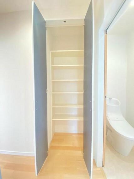 収納 【収納】トイレ脇収納。棚付きで掃除用具やトイレットペーパーなどをしまっておけて便利!