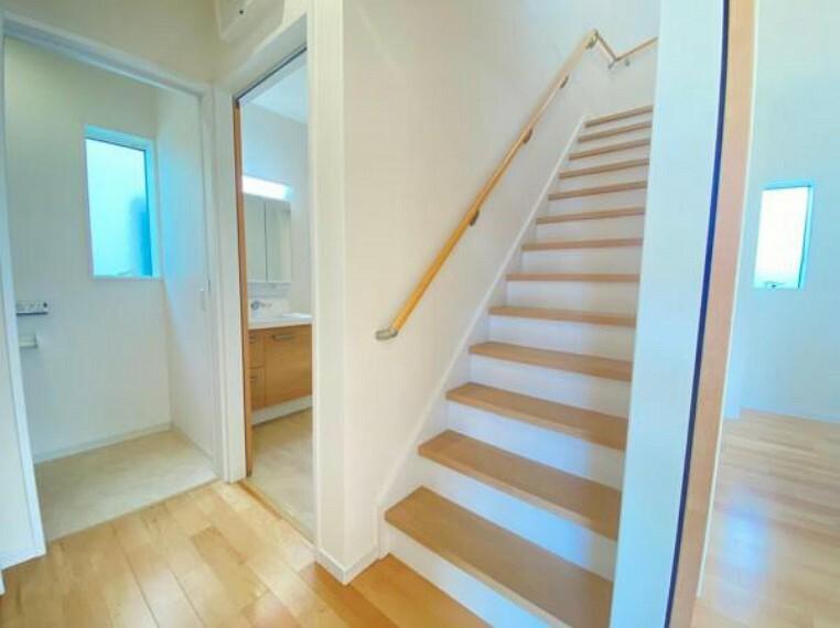 【階段】階段は手摺が付いた使う人みんなに優しい安全設計!階段の上り下りも楽ちん!