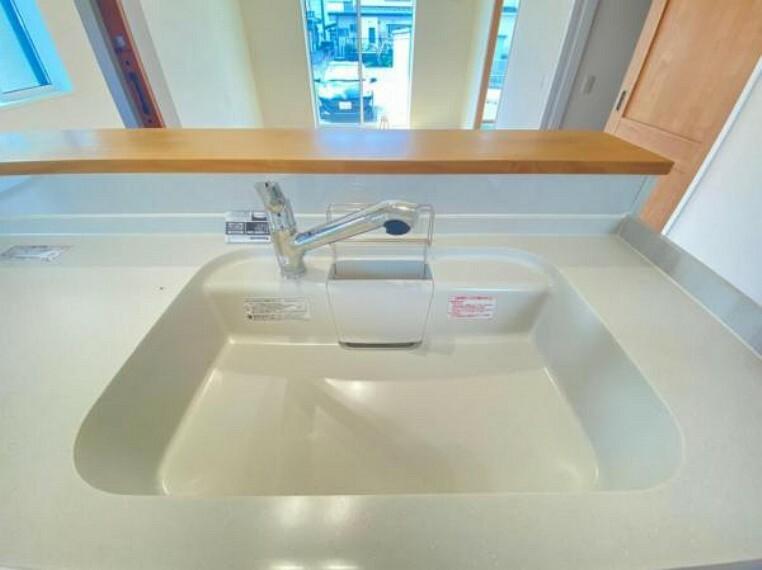 蛇口に浄水器を内蔵。浄水器ごとホースを引き出せるのでシンクのお掃除もらくらく!