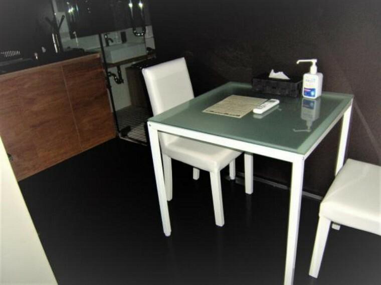 ダイニング 約4帖のダイニングスペース。テーブルとイスがセットされています。
