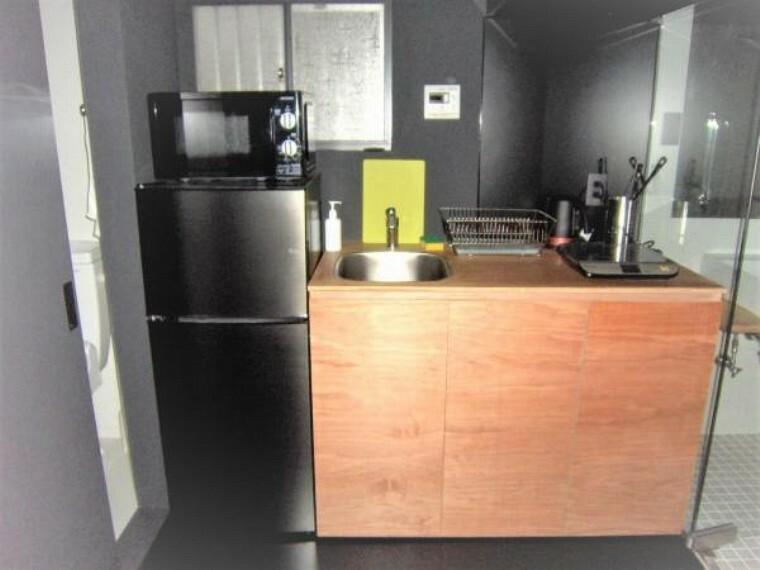 キッチン 冷蔵庫トレンジが備えつけられたコンパクトなキッチン。