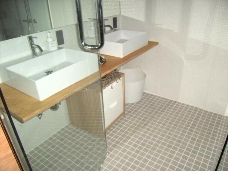 洗面化粧台 一度に2人利用できる洗面所及び洗面化粧台。