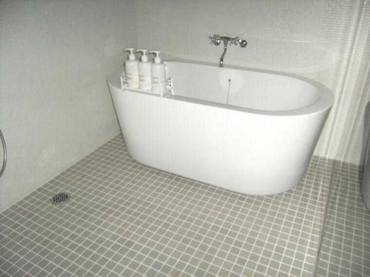 浴室 海外のホテルを思わせるようなゆったりサイズのバスルーム。