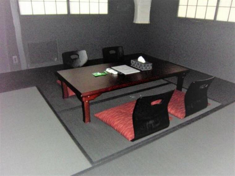 和室 座椅子とテーブルの備えられた2階8帖の和室。