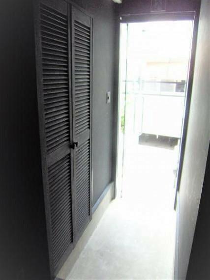 玄関 玄関内部及び玄関収納。