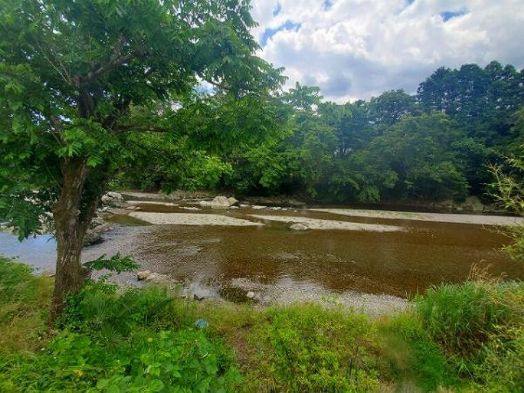 秋川の清流を身近に、せせらぎを感じながら安らぎの日々