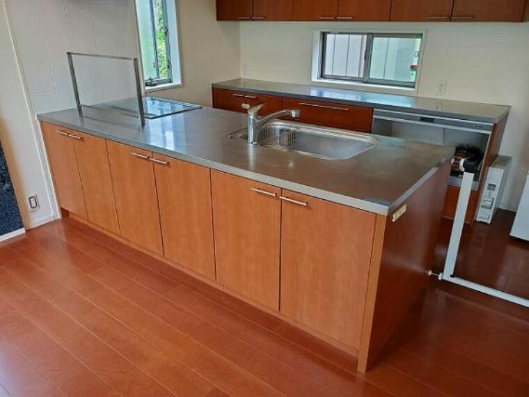 キッチン カウンターが広く、自宅カフェやバー気分を楽しめます