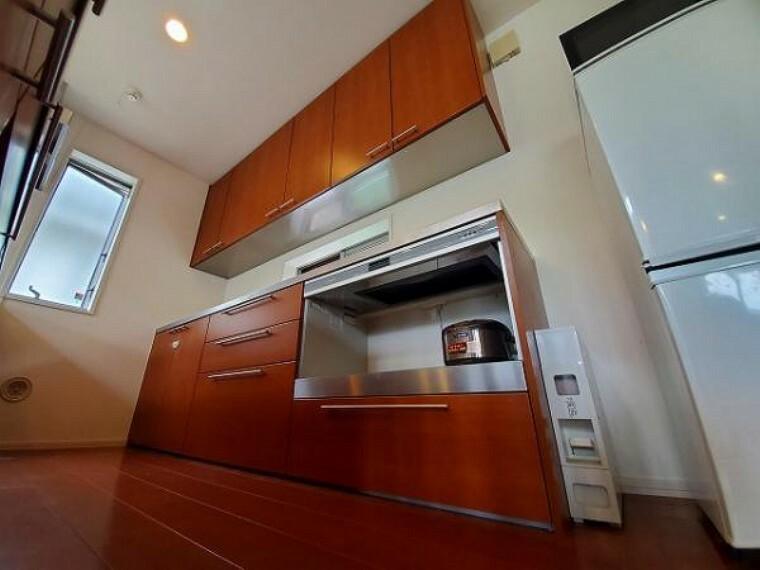 キッチン キッチンと統一感のあるカップボード付きです