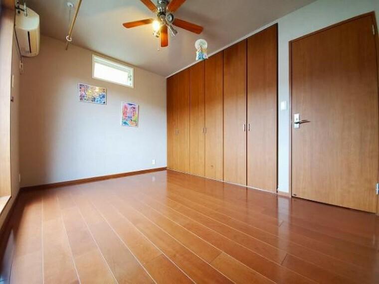 洋室 広いクローゼット、収納は多いほうが嬉しいですね