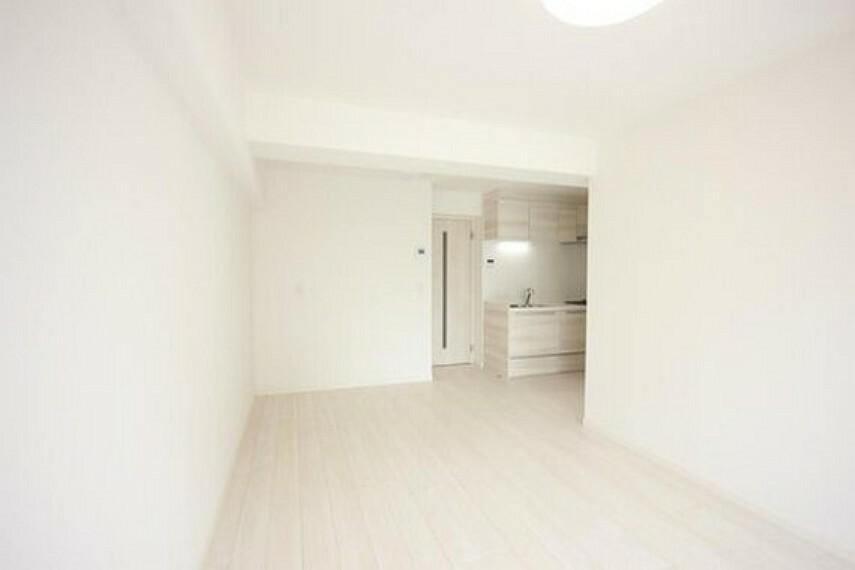 居間・リビング 家族が集い、笑い、遊び、団欒を育む広く開放的なリビング空間。