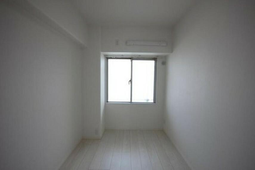 寝室 ゆとりを感じさせる広さの主寝室は、心身を静かに満たすシックな趣き。