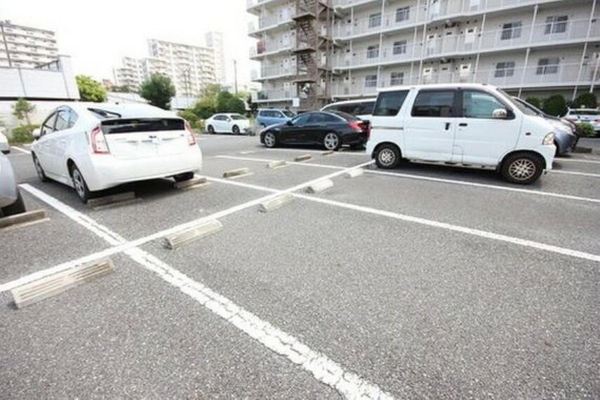 敷地内駐車場 平置きの駐車スペースが嬉しいですね。大きめのお車をお持ちの方でも難なくお停め頂けます。※空き状況は都度ご確認下さい。