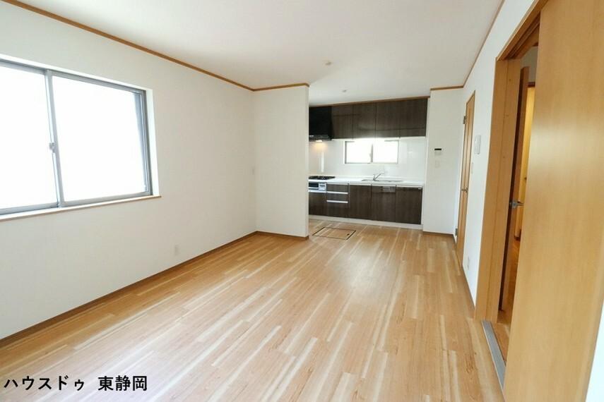 居間・リビング 約12.43帖のLDK。明るい色のフローリングのためお部屋も明るい印象になりますね。
