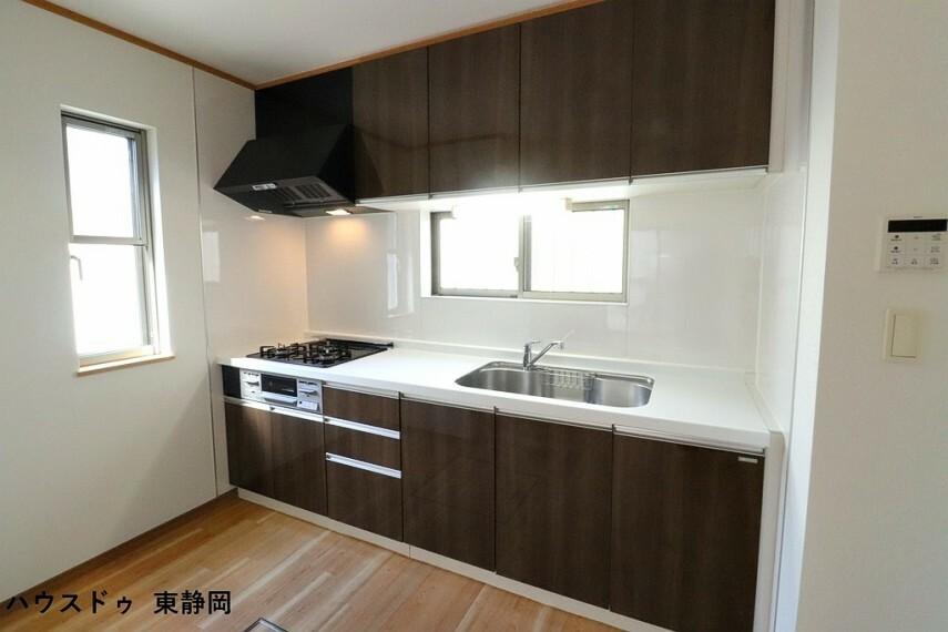 キッチン ブラウン色の落ち着いた雰囲気のキッチンです。収納が多いと調味料や料理器具などを揃える楽しみも広がります。