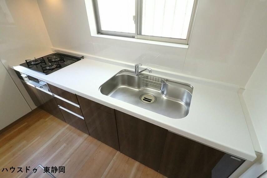 キッチン キッチン前は窓が設置されているため、昼間は電気がなくても明るいキッチンで作業が可能です。