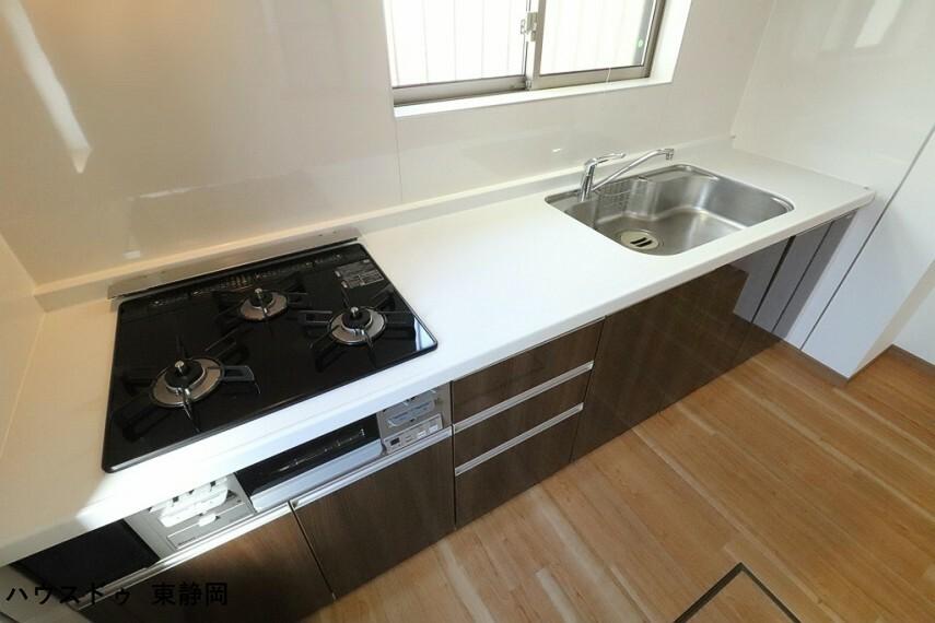キッチン 3口コンロを採用したキッチンは、一度に使用することで料理の時短が可能です。
