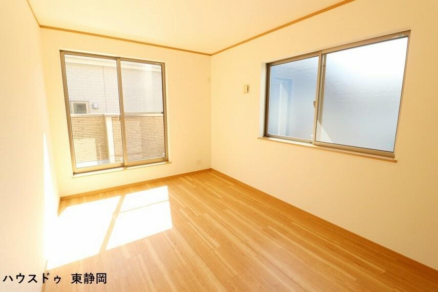 寝室 約6.75帖洋室。バルコニーからの陽光や風を感じられる洋室。