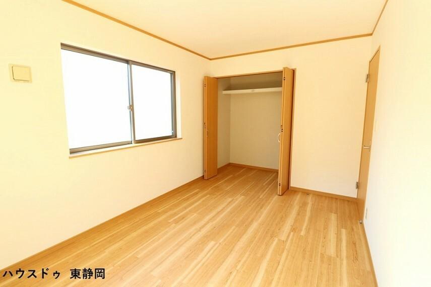 寝室 約6.75帖洋室。大きなクローゼットが付いているのですっきりと空間を使えます。