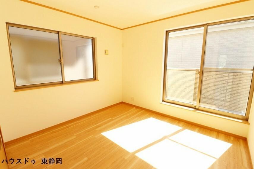 洋室 約6.06帖洋室。こちらもバルコニーに面した大きな窓があるため、室内に明るい光が差し込みます。