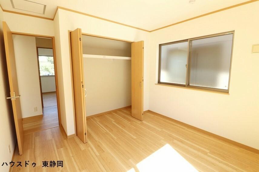 洋室 約6.06帖洋室。こちらも大きなクローゼットが付いてるので、収納もたくさん出来てスッキリしますね