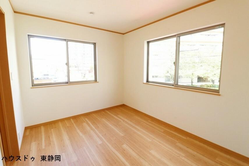 子供部屋 約6帖洋室。成長しても使えるお部屋。勉強やお友達の訪問の際もお部屋があると嬉しいですね。