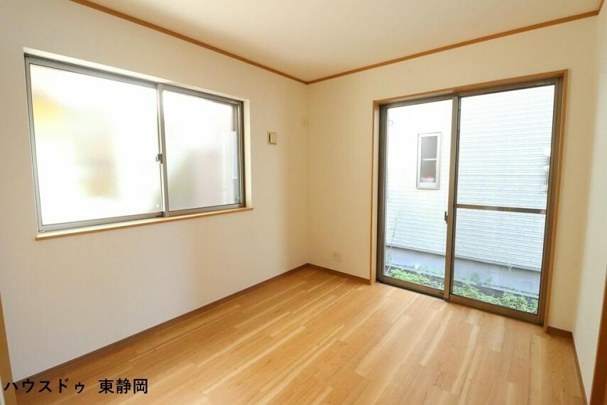 洋室 LDKに併設した約5.25帖洋室。居室としてもLDKの延長としても使用可能です。
