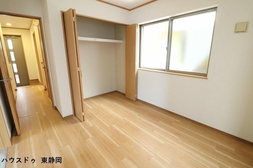 洋室 約5.25帖洋室。一階のお部屋のため、昇降運動することなく生活ができるお部屋になっています。