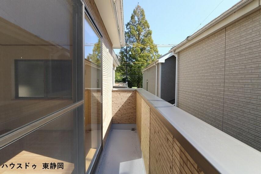 バルコニー 青空の広がるバルコニー。2階の洋室2部屋と面しており通風も良好
