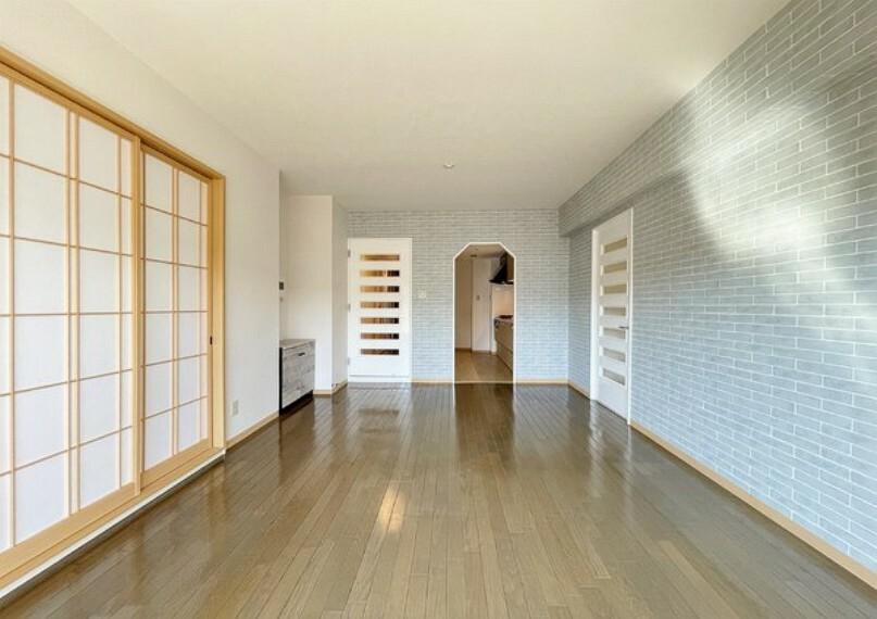 居間・リビング ナチュラルな木目のフローリングがぬくもりと清潔感を演出します。