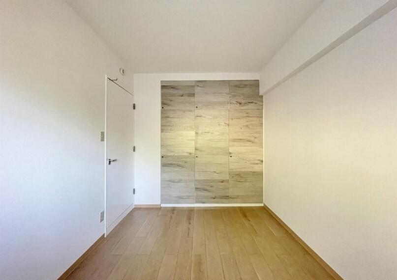 寝室 明るい寝室。風通しもよさそうですね。収納も多くスッキリとお部屋を使えそうですね。