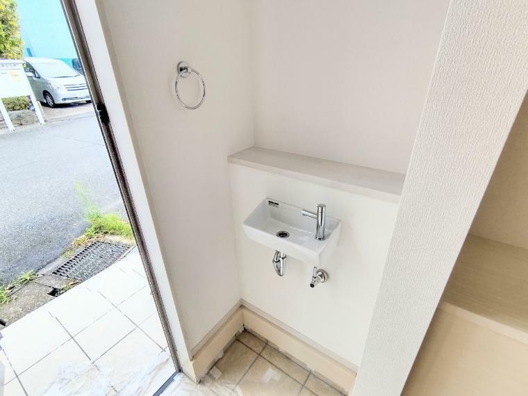 玄関 玄関を入ると直ぐに手洗い出来るように洗面台を設置しました